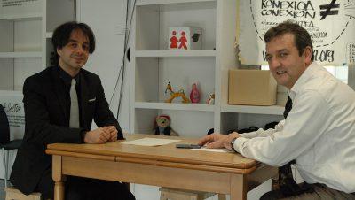 a la izquierda de las imágenes, de traje negro, hasta ahora presidente de ESLE, junto a Eneko Astigarraga, a la derecha