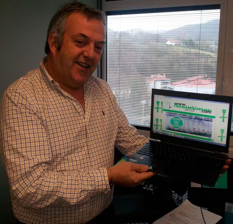 En la imagen el responsable de la firma guipuzcoana VPK Solutions, Jon Arriaga, con la web de la tienda online www.hondarribiarraundenda.com