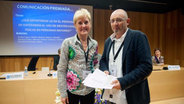 FOTO: Pilar Lecuona, Presidenta del COEGI, entrega el Premio a Emilio Fariña, enfermero coordinador del estudio.