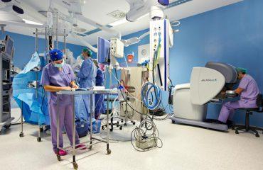 fotografía-de-los-urólogos-Ion-Madina-y-Javier-Azparren-operando-con-el-robot-quirúrgico-Da-Vinci-en-Policlínica-091211-347_original