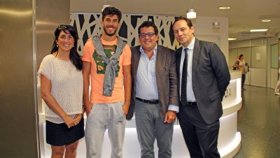 de Dídac Vilà junto a la doctora del Eibar, Dra. Ostaiska Egia Lekunberri, y dos representantes del AC Milán