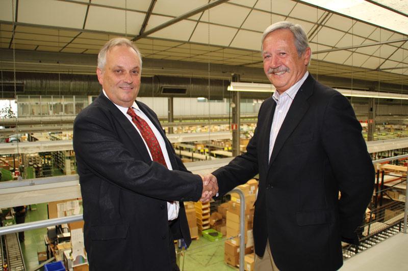 FOTO. De izda. a dhca. El Presidente de DFG, Francisco de Asís Echeveste y Miguel Catapodis, vicepresidente de Farmamundi, tras la firma del acuerdo.