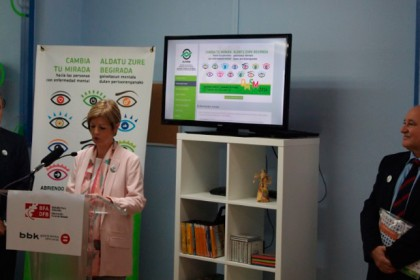 En la imagen Miguel Angel Nuñez, presidente de AVIFES, Pilar Ardanza, diputada de Acción Social de Bizkaia y Gorka Martinez, director de la Obras Social BBK.