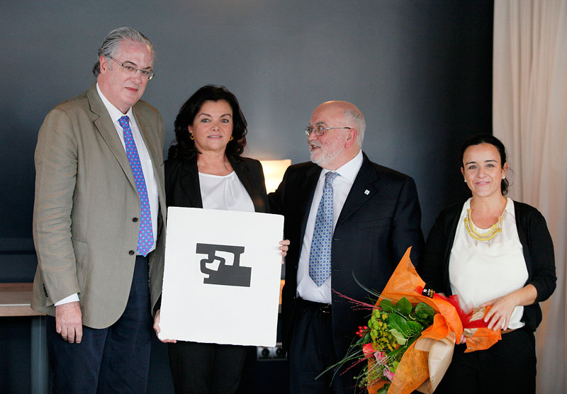 FOTO: De izda. a dcha. Miguel Ángel Gastelurrutia, vocal del COFG; Carmen Peña; Ángel Garay, Presidente del COFG; y Estibaliz Goyenechea, Secretaria Técnica del COFG.