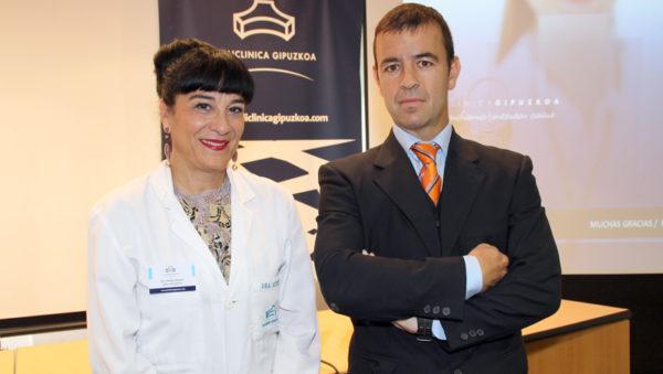 fotografía del Dr. Alberto Marqués, traumatólogo, y la Dra. Arantza, Directora Médico de Policlínica Gipuzkoa, durante la rueda de prensa
