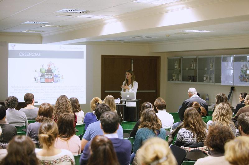 FOTO: Imagen de la primera sesión del curso celebrada hoy y protagonizada por oscana Viar Morón, farmacéutica y nutricionista del Athletic Club (Vocal de Nutrición del COF Bizkaia)