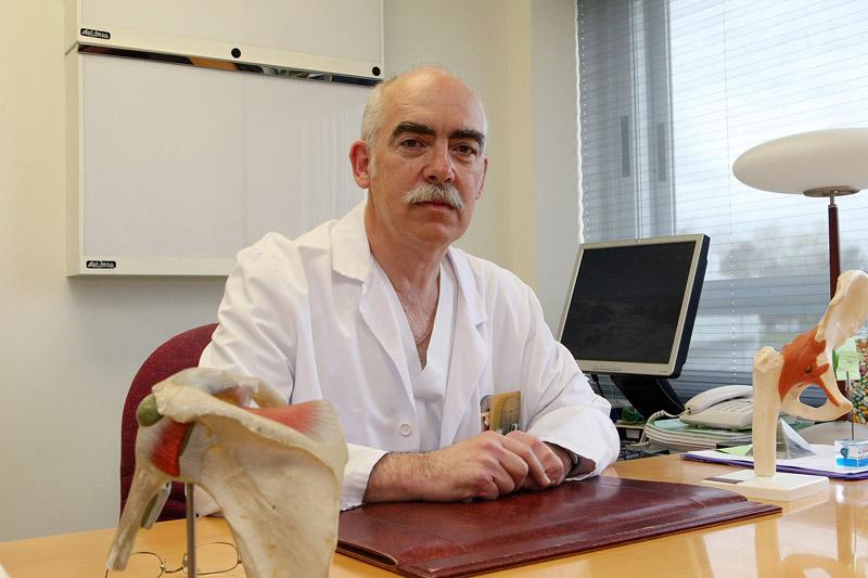 FOTO: En la imangen, el Dr. Javier Albillos, traumatólogo especialista en factores de crecimiento.