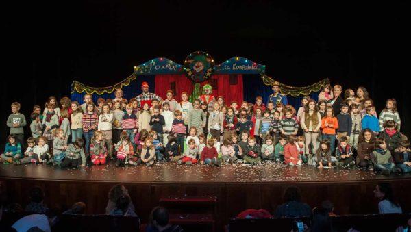 FOTO-de-familia-al-finalizar-el-acto-en-el-escenario-del-Teatro-Victoria-Eugenia.-fotofamiliafiesta_original