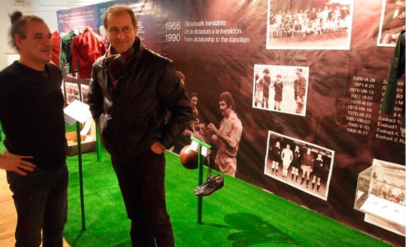 Joseba Gotzon, comisario de la exposición, junto con el seleccionador José María Amorrortu.
