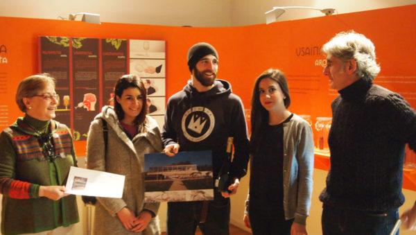 En la imagen la alcaldesa de Leioa, Mari Carmen Urbieta, junto con Yaiza Salmon, Pablo Astrain (con la fotomontaje de cómo quedará el mural), Rebeca Ferrero e Iñaki Bilbao.
