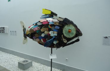 Escultura realizada con residuos encontrados en las playas