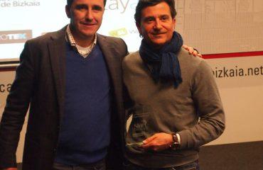 En la imagen Javier Gómez, de Warantum, recoge el premio de Roberto Salcines, jurado de Biscaytik
