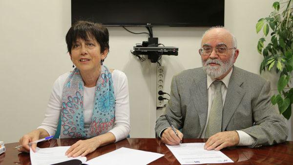 El-Presidente-del-Colegio-Oficial-de-Farmacéuticos-de-Gipuzkoa,-Ángel-Garay,-y-la-Presidenta-de-la-Asociación-de-Crohn-y-Colitis-Ulcerosa,-Maite-Ortega