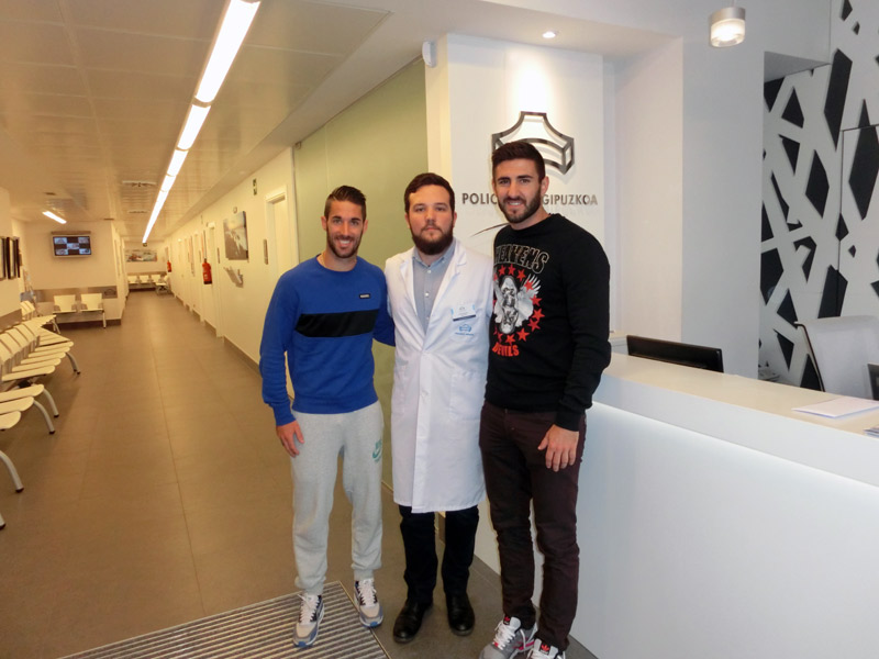 Lillo y Raúl Navas, jugadores de la S.D. Eibar, junto al podólogo de la Unidad del Pie en Eibar, Antonio Martínez.