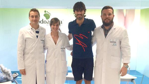 El equipo de Podoactiva, Javier Alfaro, Carmen Fernández y Antonio Martínez junto a Carlos Martínez en su visita a Policlínica Gipuzkoa.