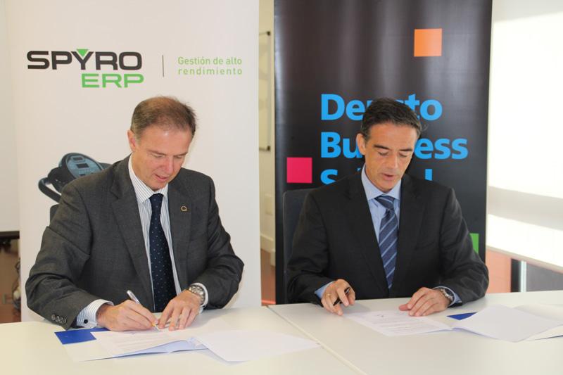 FOTO: De izda. a dcha. Ricardo González y Guillermo Dorronsoro durante la firma del acuerdo