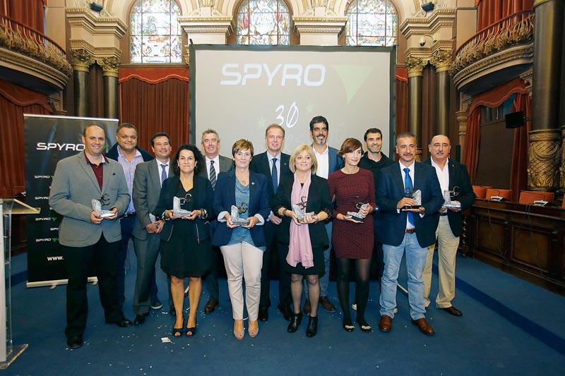 FOTO: Imagen de familia con las autoridades y los Premios SPYRO.