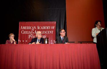 Presidenta de la Academia Dra. Joshi, presentando al Dr. Fuentes, y a su lado el antiguo Presidente, Dr. Stone y su esposa.