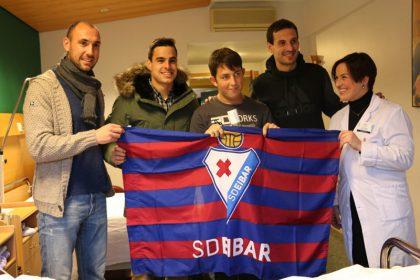imagen de Ricardo Pitarch posa feliz con Ivan Ramis, Dani García, Mikel Arruabarrena y con la Directora Asistencial de Policlínica Gipuzkoa, Sonia Roussel.