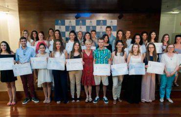 FOTO: Los nuevos enfermeros que acataron el Código Deontológico posan junto a representantes de la Junta de Gobierno del COEGI: