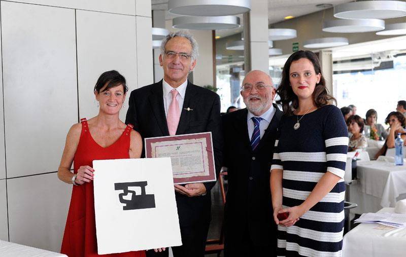 FOTO: De izda. a dcha. Usua Cilveti, Secretaria de la Junta; Daniel Zulaika, Ángel Garay, presidente ; y María Echeveste, vicepresidenta del COFG.