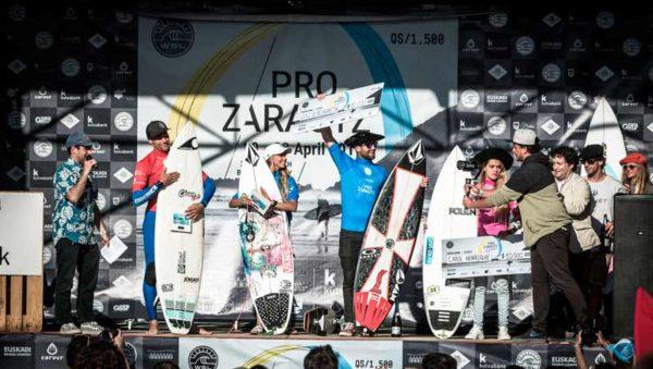 Pódium de finalistas del Pro Zarautz 2017. | Foto © Poullenot/WSL