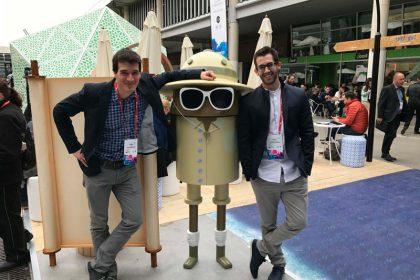 foto del vitoriano Victor Mayoral y el vizcaíno Carlos Uraga, responsables tanto de Acutronic Robotics como de la firma alavesa Erle Robotics.