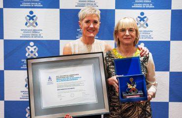 FOTO: De izda. a dcha. Pilar Lecuona, Presidenta del COEGI; y Ana Orbegozo, Directora de Enfermería de Matia Fundazioa, Premio COEGI 2017 al Desarrollo de la Profesión Enfermera.