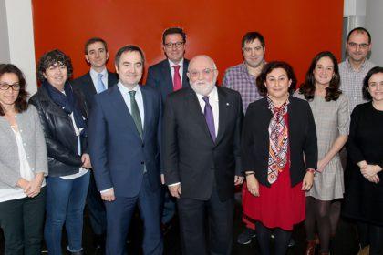 FOTO: En la imagen integrantes del Consejo de Farmacéuticos del País Vasco junto al recién elegido presidente, Ángel Garay