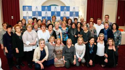 FOTO de familia de las enfermeras guipuzcoanas homenajeadas junto a miembros de la Junta de Gobierno del COEGI.