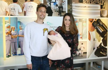 Sergio Canales y Cristina Llorens posan junto a su hija India a la salida de Policlínica Gipuzkoa.