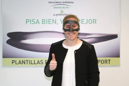 Mariasun Quiñones posa en la Unidad del Pie de Policlínica Gipuzkoa con su máscara personalizada Younext