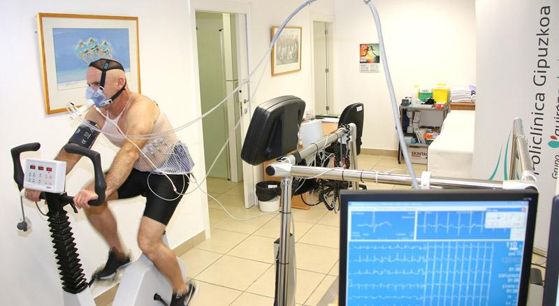 prueba-de-esfuerzo-surfista-ciego-aitor-francesena-de-basque-team-dr.-perez-de-ayala-policlinica-gipuzkoa_original.jpg