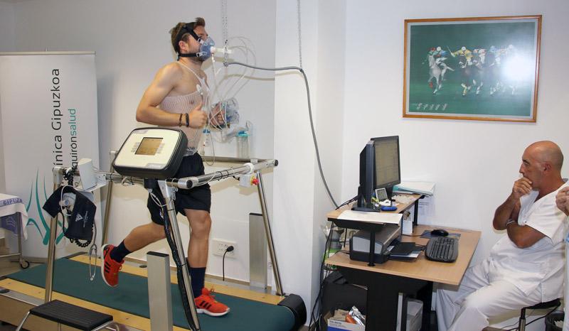 Asier Illarramendi con el especialista en Medicina Deportiva Enrique Pérez de Ayala, durante su prueba de esfuerzo