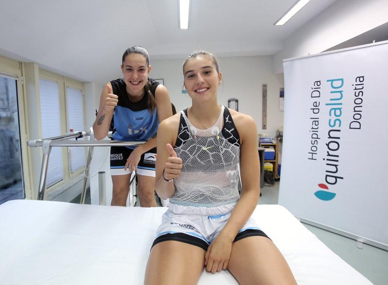 Las jugadoras María Erauncetamurgil y Lara González, posan esta mañana en el Hospital de Día Quirónsalud Donostia.