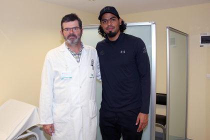FOTO: El especialista en Traumatología Peio Lapitz, junto a Jorge Gutiérrez, nuevo fichaje del Delteco GBC,
