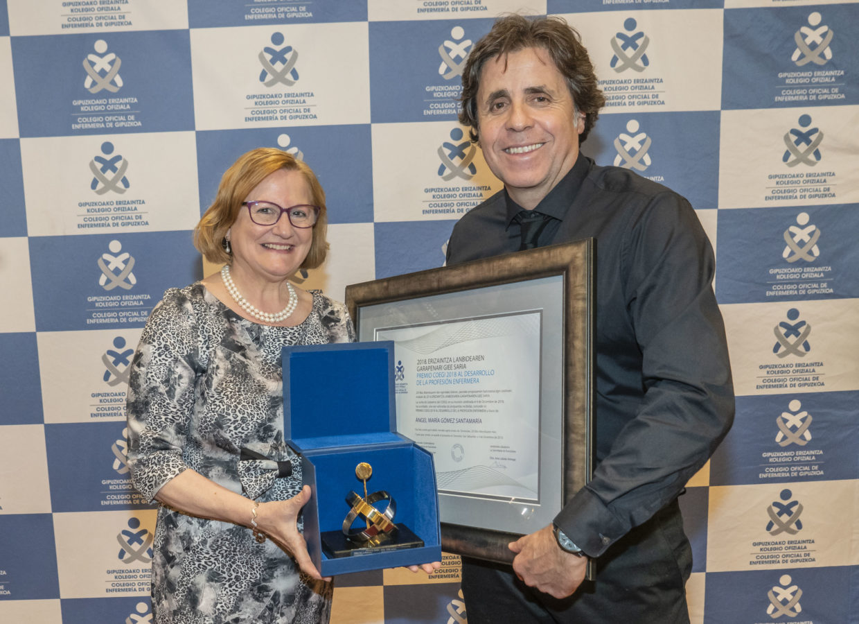 FOTO: Momento de la entrega a Ángel Gómez por parte de Inmaculada Sánchez del Premio COEGI 2018 al Desarrollo de la Profesión.
