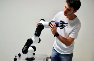 Igor (ingeniero de Acutronic Robotics) trabaja con MARA