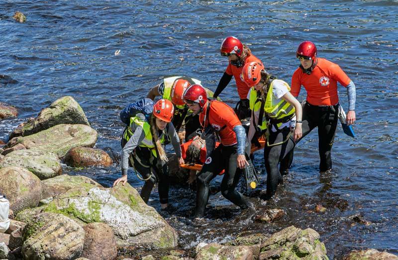 FOTO: Ha sido necesario rescatar a dos personas que habían saltado al río.