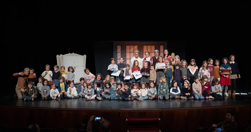 Foto de familia de premiados y algunos de los asistentes a la fiesta infantil organizada por el COEGI.