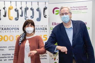 La presidenta de la Asociación en Gipuzkoa Lorena Pidal; y el presidente del COFG, Miguel Ángel Gastelurrutia, tras la firma del acuerdo.