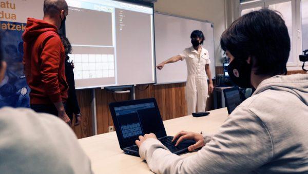 FOTO: Alumnos/as utilizando Txac Planet en un aula para mejorar sus habilidades computacionales