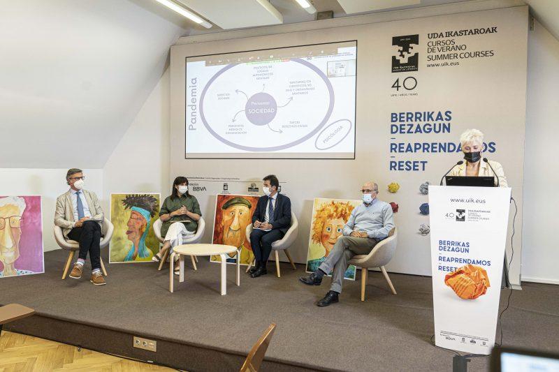 FOTO: Imagen de la primera mesa redonda del curso. COEGI